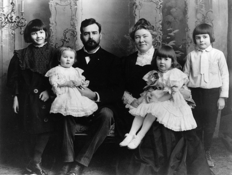 792px-Ernest_Hemingway_with_Family,_1905.png